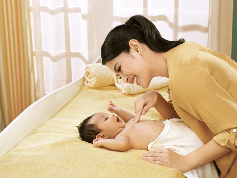 menyentuh-menggendong-bayi-untuk-perkembangannya-min-1