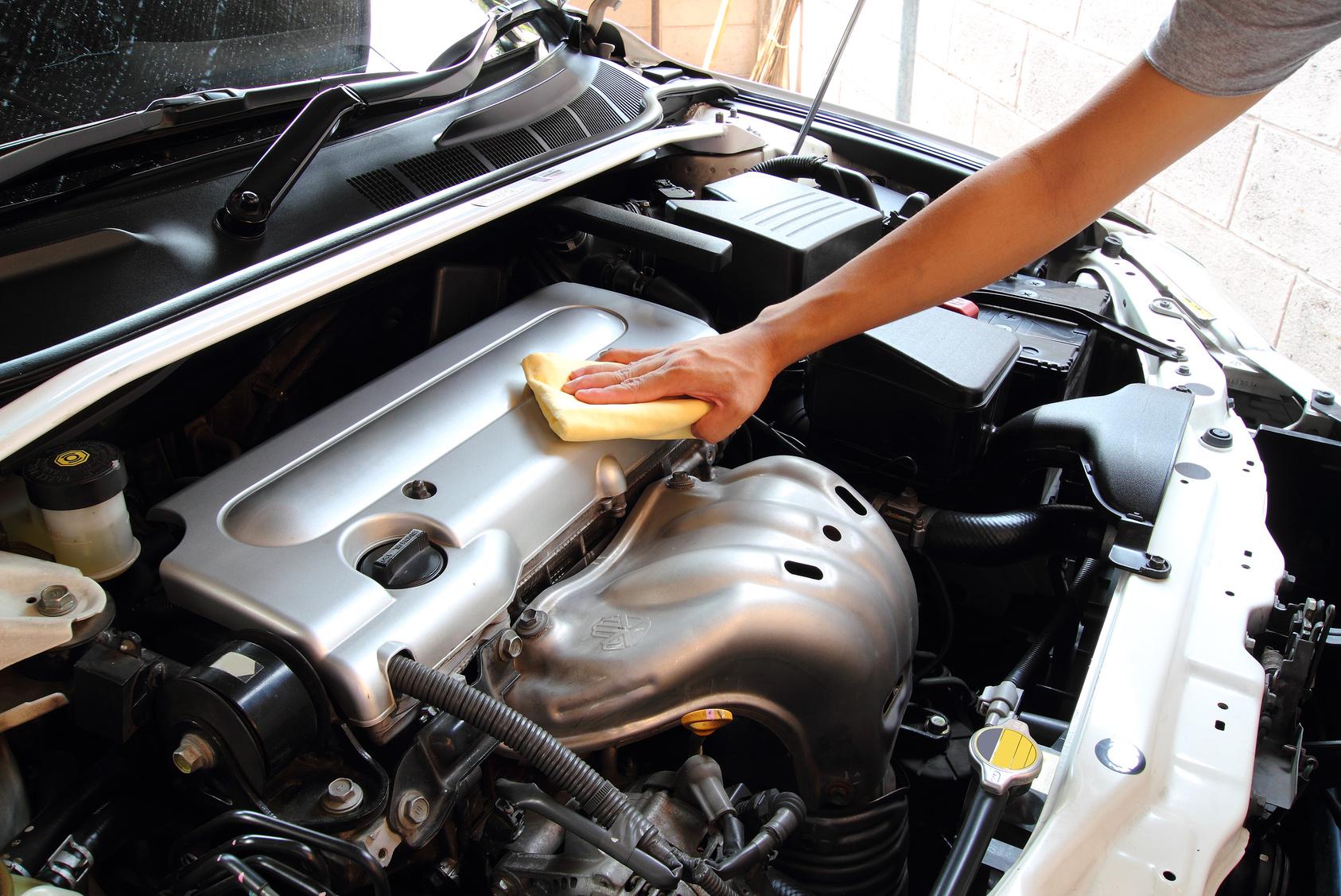 Wipe the car engine